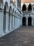 Arcade, προαύλιο και στήλες στο Doge ` s παλάτι: Γοτθικό archi Στοκ Φωτογραφία