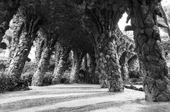 Arcade στο ίχνος βράχου σηράγγων του Antonio Gaudi μέσα στο πάρκο Guell, Βαρκελώνη, Ισπανία Στοκ εικόνα με δικαίωμα ελεύθερης χρήσης
