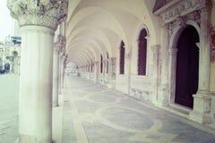 Arcade στο τετράγωνο SAN Marco στη Βενετία στον εκλεκτής ποιότητας τόνο Στοκ Εικόνες