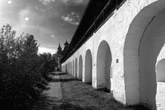 Arcade του αρχαίου προαυλίου του μοναστηριού spaso-Prilutsky στη θερινή ηλιόλουστη ημέρα μέσα στο Vologda, Ρωσία Στοκ Εικόνες