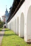 Arcade του αρχαίου προαυλίου του μοναστηριού spaso-Prilutsky στη θερινή ηλιόλουστη ημέρα μέσα στο Vologda, Ρωσία Στοκ Φωτογραφία