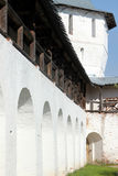 Arcade του αρχαίου προαυλίου του μοναστηριού spaso-Prilutsky στη θερινή ηλιόλουστη ημέρα στο Vologda, Ρωσία Στοκ εικόνα με δικαίωμα ελεύθερης χρήσης