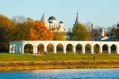 Arcade του προαυλίου Yaroslav και του αρχαίου καθεδρικού ναού του Άγιου Βασίλη, Veliky Novgorod, Ρωσία Στοκ φωτογραφίες με δικαίωμα ελεύθερης χρήσης