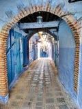 Arcade dans une allée bleue Photographie stock libre de droits