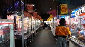 Arcade de distributeur automatique de grue de jouet au Japon Images stock