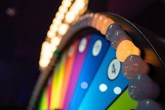 Arcade het gokken machine met groot wiel stock afbeeldingen