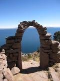 Arcade sur l'île de Taquile dans le Lac Titicaca Photographie stock libre de droits