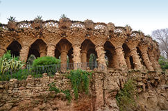 Arcade van steenkolommen in Park Guell, Barcelona Stock Afbeelding