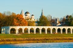 Arcade van Yaroslav Courtyard en oude Sinterklaas-kathedraal, Veliky Novgorod, Rusland Stock Fotografie