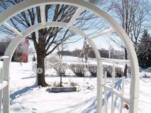 Arcade vers le pays des merveilles neigeux image libre de droits