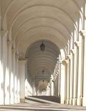 Arcades blanches d'un escalier que cela mène à un sanctuaire catholique Photo stock