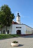 Arcades d'hôtel de ville et d'achats de Nesvizh sur les côtés Photo stock