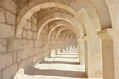 Arcades dans l'amphithéâtre romain antique Photos libres de droits