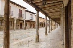 Arcades in de hoofdstraat van de stad van Ampudia in Palencia Spanje royalty-vrije stock afbeelding
