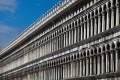 Arcades et fléaux sur Piazza San Marco Images libres de droits