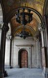 Arcades et plafonds dorés de l'église bulgare Image stock