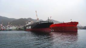 Arcadia di NYK (nave porta-container) e cavaliere di FPMC C (autocisterna del petrolio greggio Immagine Stock