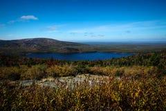 Arcadia Park Narodowy wewnętrzny jezioro z widok na ocean Zdjęcia Royalty Free