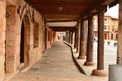 Arcads da praça da cidade do berço de Ayllon das vilas vermelhas além da cidade medieval bonita em Segovia Paisagens da arquitetu Imagem de Stock Royalty Free