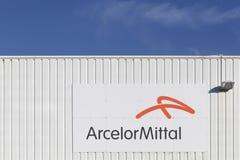 Arcelor Mittal-embleem op een muur Stock Afbeeldingen