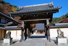 Arces japoneses con un templo Imagen de archivo libre de regalías