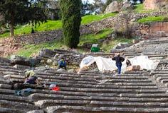 Archäologen, die eins der Stadien an den Ruinen bei Delphi Greece ausgraben lizenzfreie stockfotos