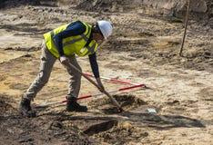 Archäologie-Aushöhlung Driebergen-Mann-Schaufel Lizenzfreies Stockfoto
