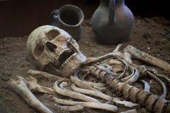 Archäologische Aushöhlungen eines alten menschlichen Skeletts und des menschlichen Schädels Lizenzfreie Stockfotografie