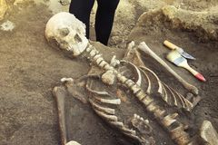 Archäologische Aushöhlungen und Entdeckungsknochen eines Skeletts in einer menschlichen Beerdigung, Arbeitsgerät, Machthaber, Mes stockfoto