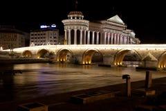 Archäologisches Museum von Mazedonien und Brücke der Zivilisationen in Skopje stockbild