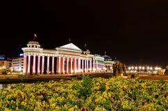 Archäologisches Museum von Mazedonien und Brücke des der Zivilisationen Stadtzentrums herein von Skopje lizenzfreies stockfoto