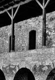 Arché dei mattoni e colonne di legno di un castello Immagini Stock Libere da Diritti