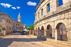 Arché dell'anfiteatro di Pola dell'arena e vista romani storici della chiesa fotografie stock