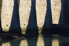 Arché di pietra colossali del ponte sospeso di Menai, isola di Anglesey, Galles Immagini Stock Libere da Diritti