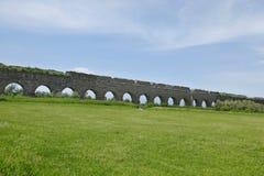 Arché di pietra dell'aquedotto romano antico Fotografia Stock Libera da Diritti
