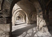 Arché di pietra nel turco Sultan Han Caravanserai Fotografia Stock Libera da Diritti