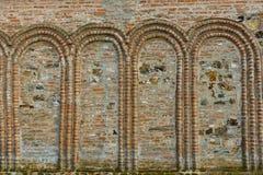 Arché di pietra su una parete antica Immagine Stock