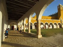 Arché graziosi del monastero di Izamal in Yucatan Immagini Stock Libere da Diritti