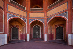 Arch with carved marble window - Mughal style. Humayun's tomb, Delhi Stock Image