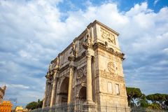 The Arch of Constantine is a triumphal arch in Rome near colosse. Um Royalty Free Stock Photography