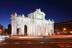 Arch Puerta de Alcala στην ανεξαρτησία της πλατείας της Ισπανίας τη νύχτα Στοκ φωτογραφία με δικαίωμα ελεύθερης χρήσης