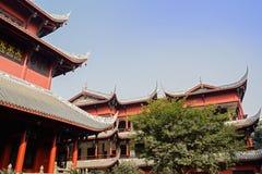 Archaïsch Chinese gebouwen in blauwe hemel stock afbeelding