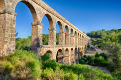Archade de dos niveles del acueducto romano cerca de Tarragona, España Fotos de archivo