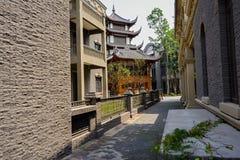 Archaized Gebäude entlang schmaler Straße Lizenzfreie Stockfotografie