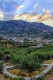 Archanes,克利特-希腊 说类似宙斯的面孔在Archanes村庄的日落和登上Juktas 免版税库存照片
