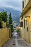 Archanes, Крит - Греция Сужайте вымощенный переулок в деревне Archanes на бурный день стоковое фото rf