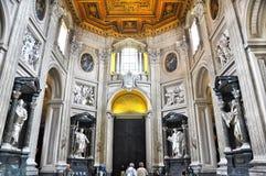 Archbasilica papal de St John Lateran, officiellement la cathédrale de Rome Intérieur baroque, entrée avec les statues d'apôtres photographie stock