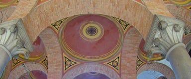 Arched上色了多彩多姿的砖天花板 库存照片
