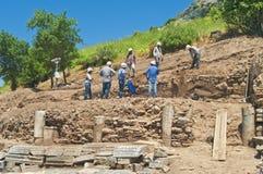 Archeoligists στη θέα ανασκαφής Στοκ φωτογραφία με δικαίωμα ελεύθερης χρήσης