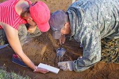 Archeolodzy wydobują od antycznego grobowa kawałek brązowy nóż fotografia royalty free